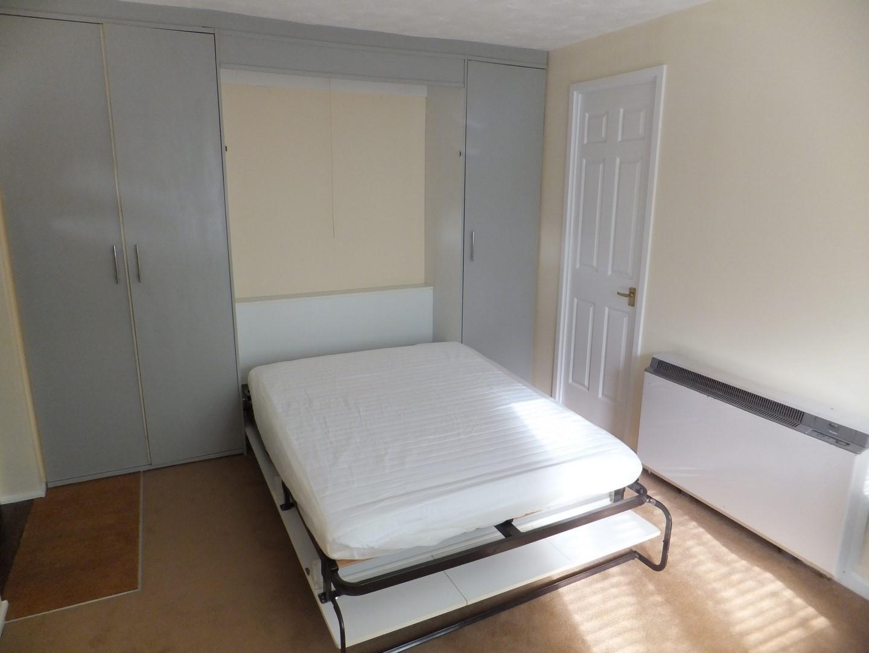 Bedroom Studio flat to rent in Petersfield