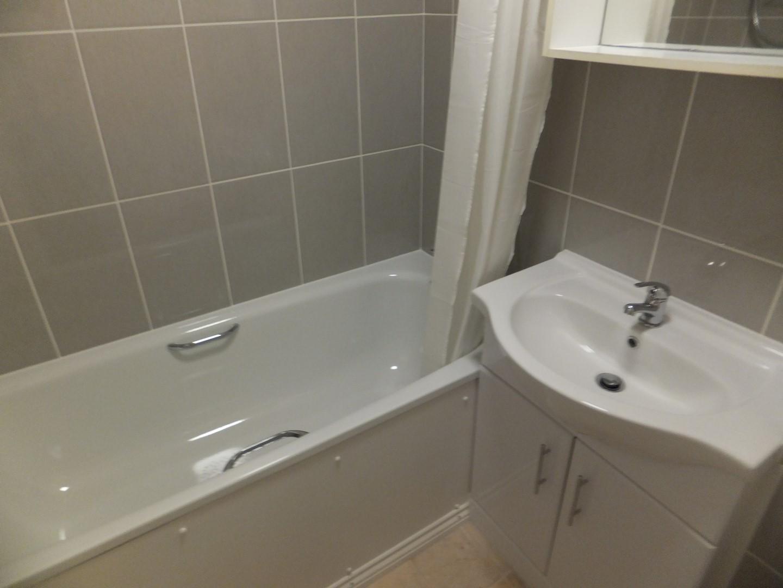 Bathroom Studio flat to rent in Petersfield